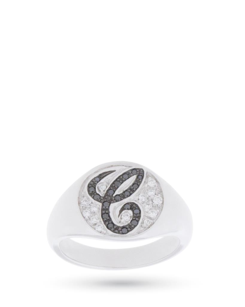 Anello chevalier in oro bianco con lettera C in diamanti - ORO TREND