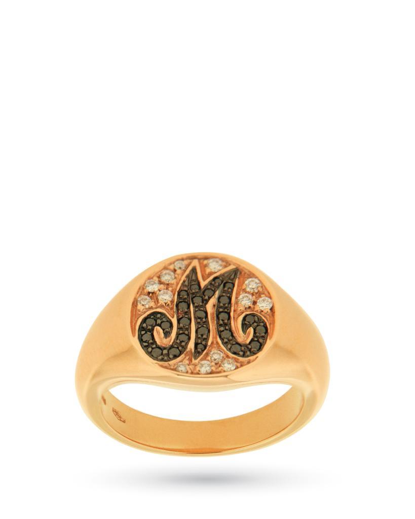 Anello chevalier in oro rosa con lettera M in diamanti neri e bianchi - ORO TREND