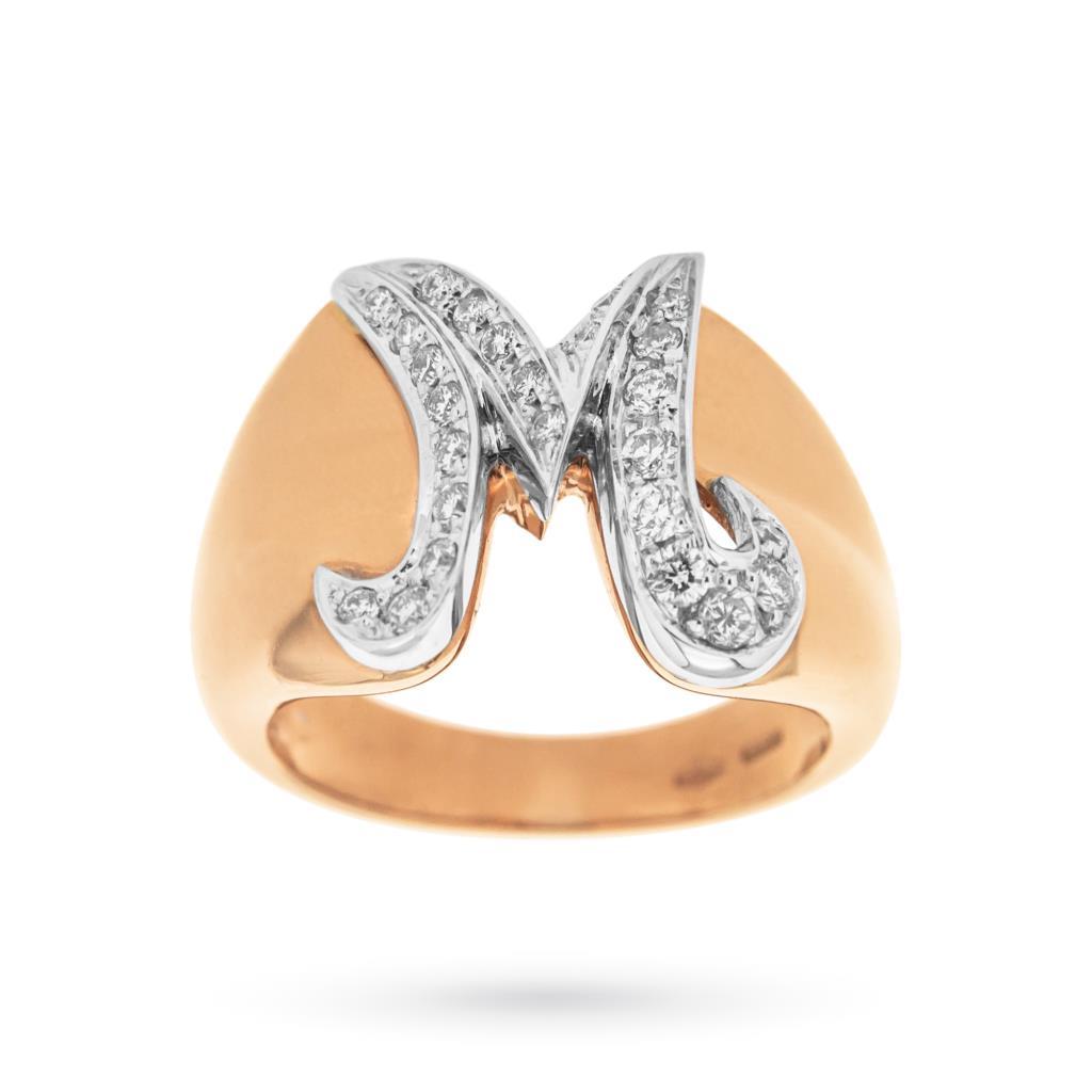 Anello chevalier in oro rosa con lettera M e diamanti  - ORO TREND