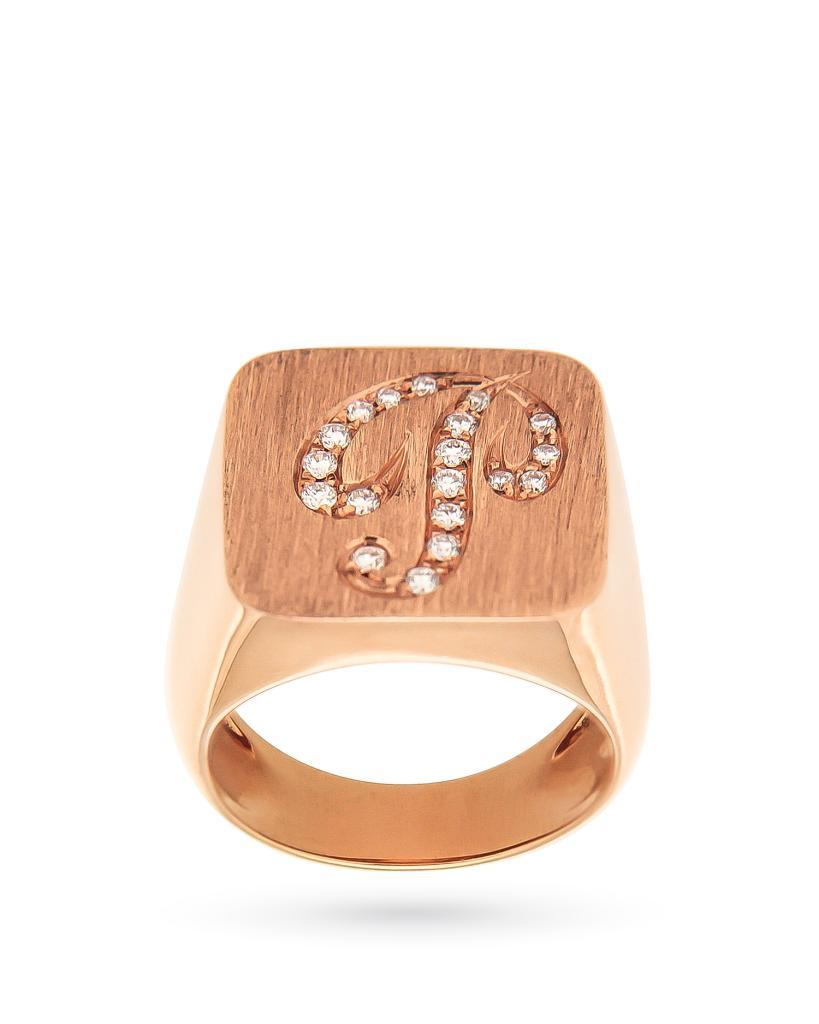 Anello chevalier quadrato in oro rosa con lettera in diamanti - ORO TREND